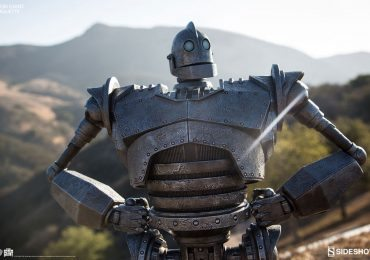 Sideshow Collectibles Iron Giant Maquette, posed against backdrop