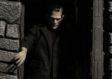 Mezco Toyz One:12 Collective Frankenstein's Monster Action Figure with Doorway Diorama